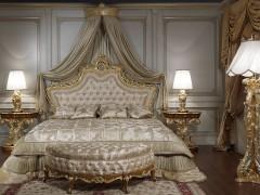 Camera da letto classica di lusso in stile barocco: comodini classici intagliati in stile barocco abbinati a letto classico di lusso in stile Luigi XV
