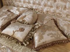Camera da letto classica di lusso in stile barocco, con cuscini in lampasso di seta e passamaneria di lusso