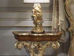 Camera da letto classica di lusso: comodino classico in stile barocco con intagli e intarsi a mano. Lampada classica di lusso