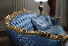 Salotto Settecento, particolare del grande divano ispirato agli arredi delle regge del 700