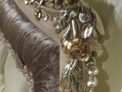 Mobili classici made in Italy: gli intagli con finitura in oro e argento di un letto