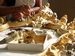 Mobili classici made in Italy: doratura artigianale con sottili foglie d'oro