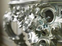 Mobili classici italiani: i ricchi intagli artigianali di una consolle barocca