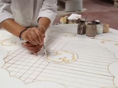 Mobili classici italiani: la doratura viene eseguita a mano da esperti artigiani