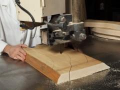 Produzione mobili classici: taglio del legno