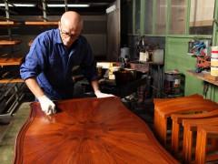 Produzione mobili classici: lucidatura
