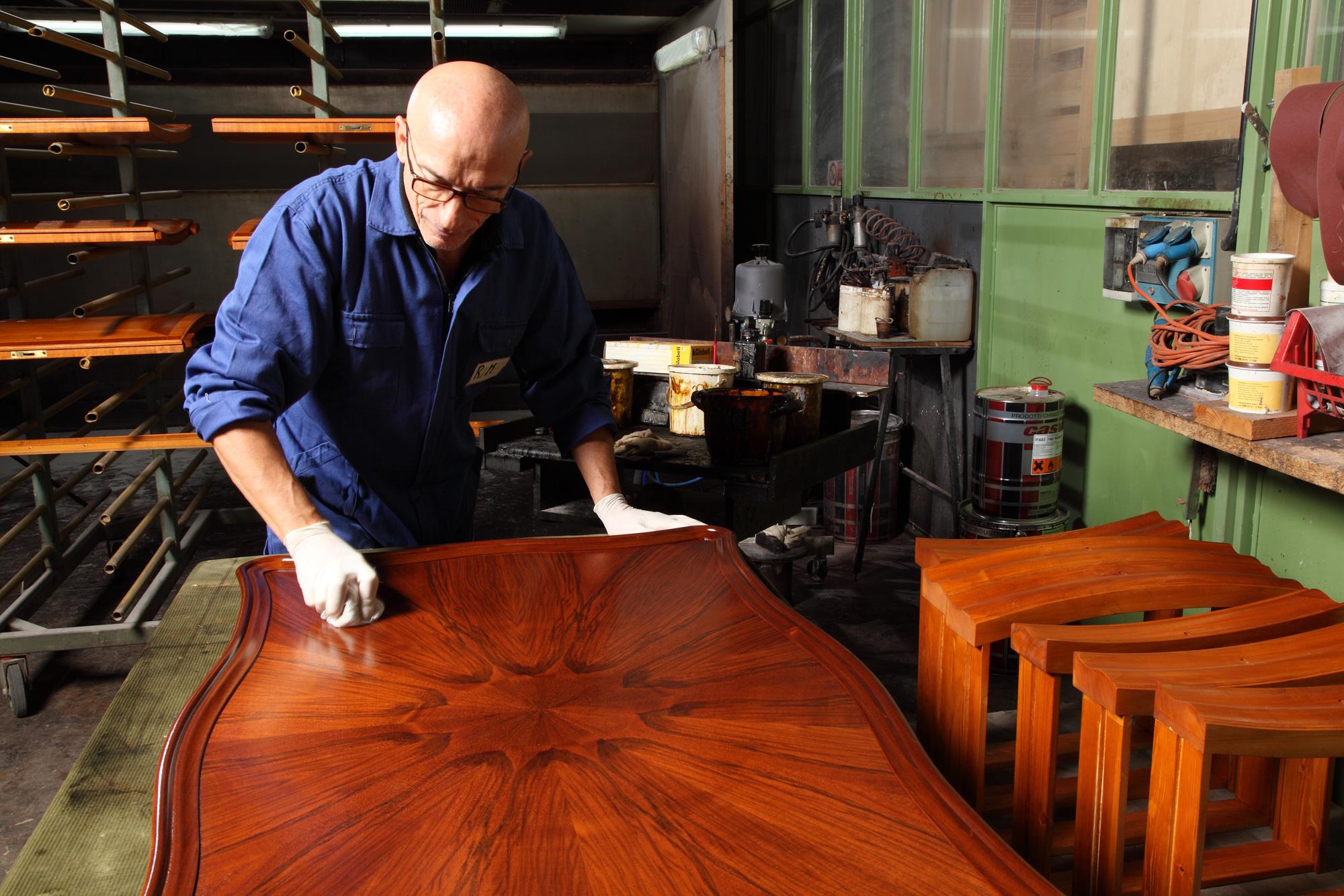 La produzione di mobili classici con antiche tecniche for Produzione mobili classici