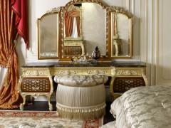 Camera con toilette intarsiata e letto di lusso matrimoniale
