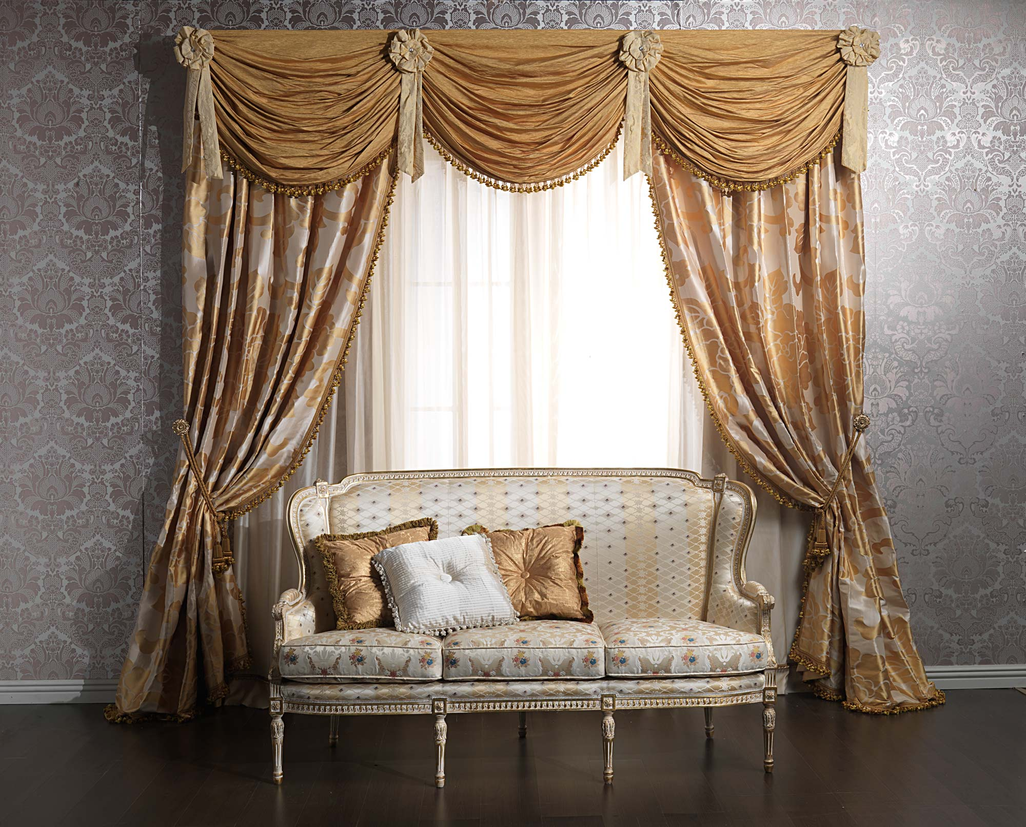 Luxurious curtains: the brightness of gold