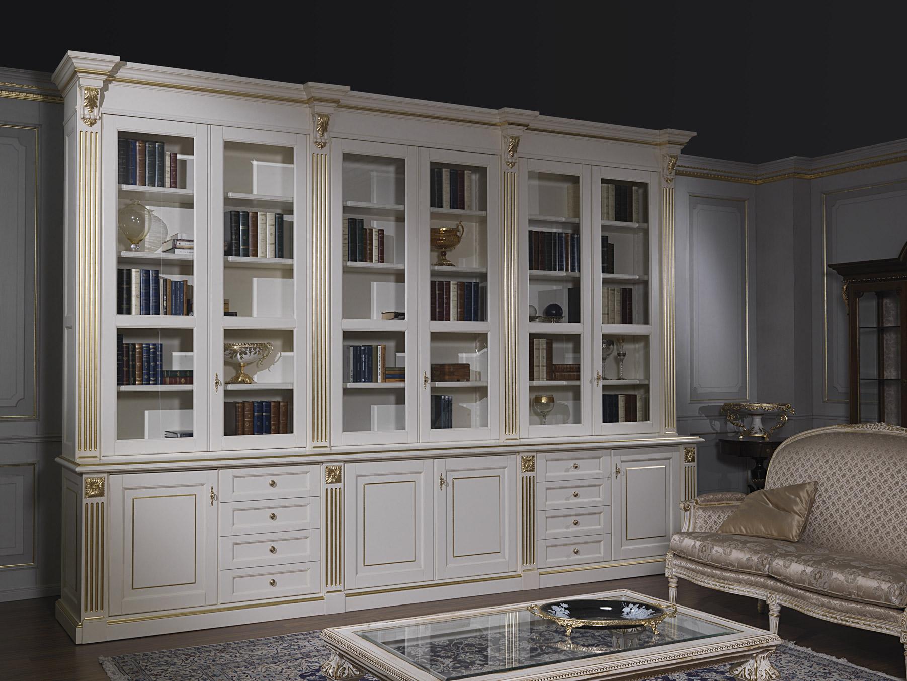 Soggiorno classico in bianco e oro con libreria