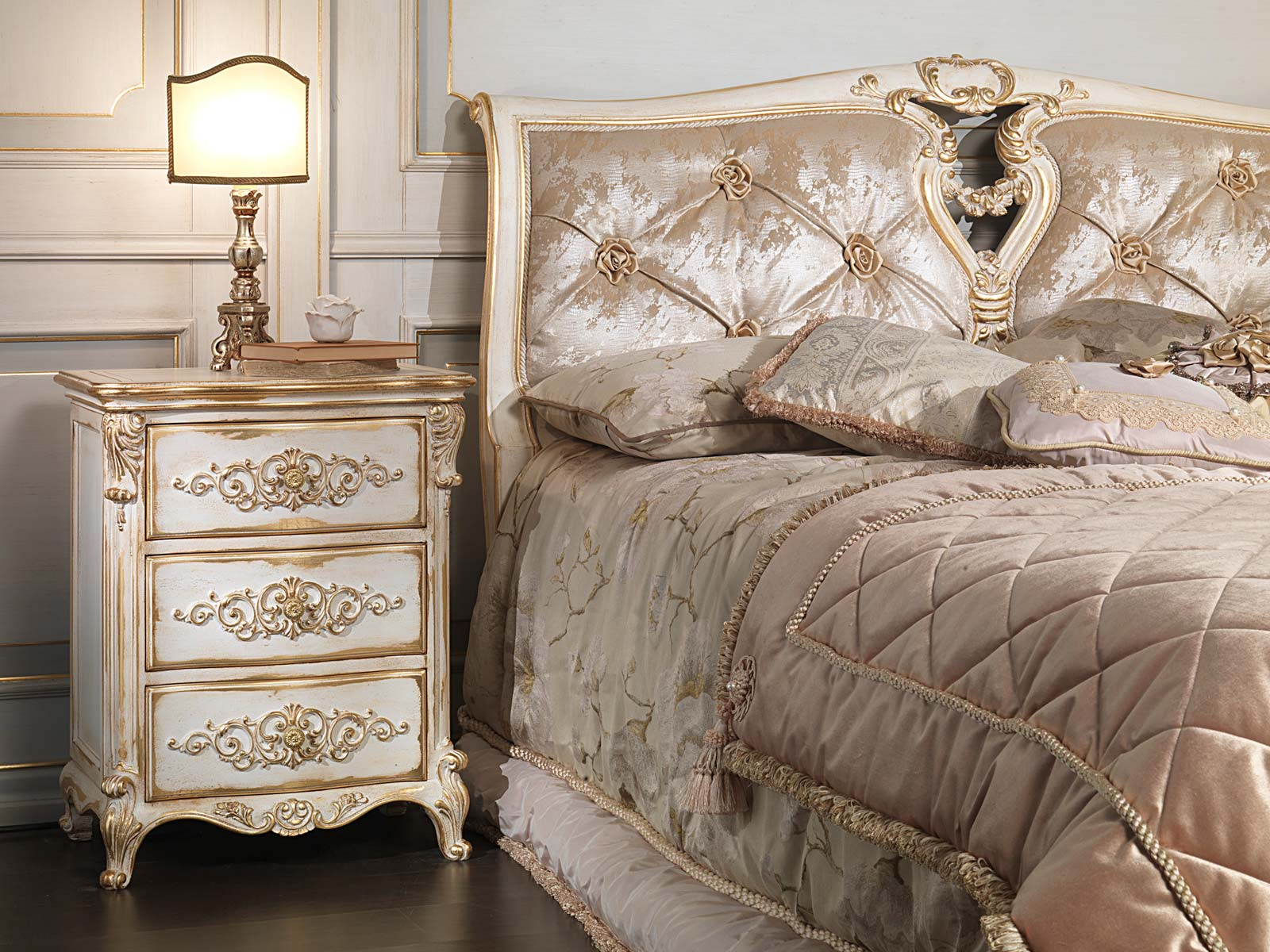 Classic louis xvi bedroom capitonnè bed with roses and