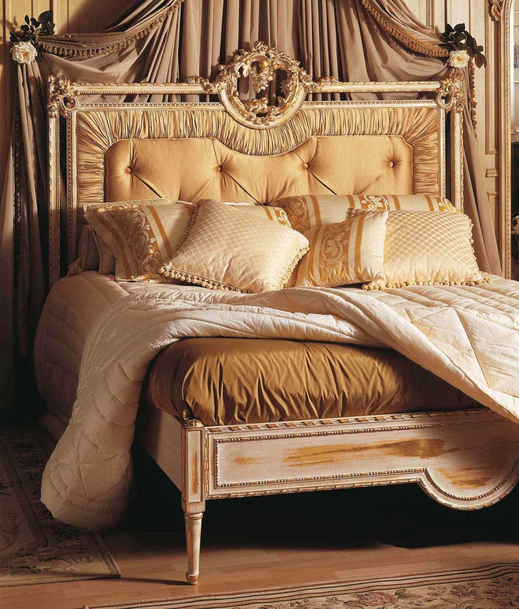 Chambre à coucher classique Louvre, lit capitonné avec ...