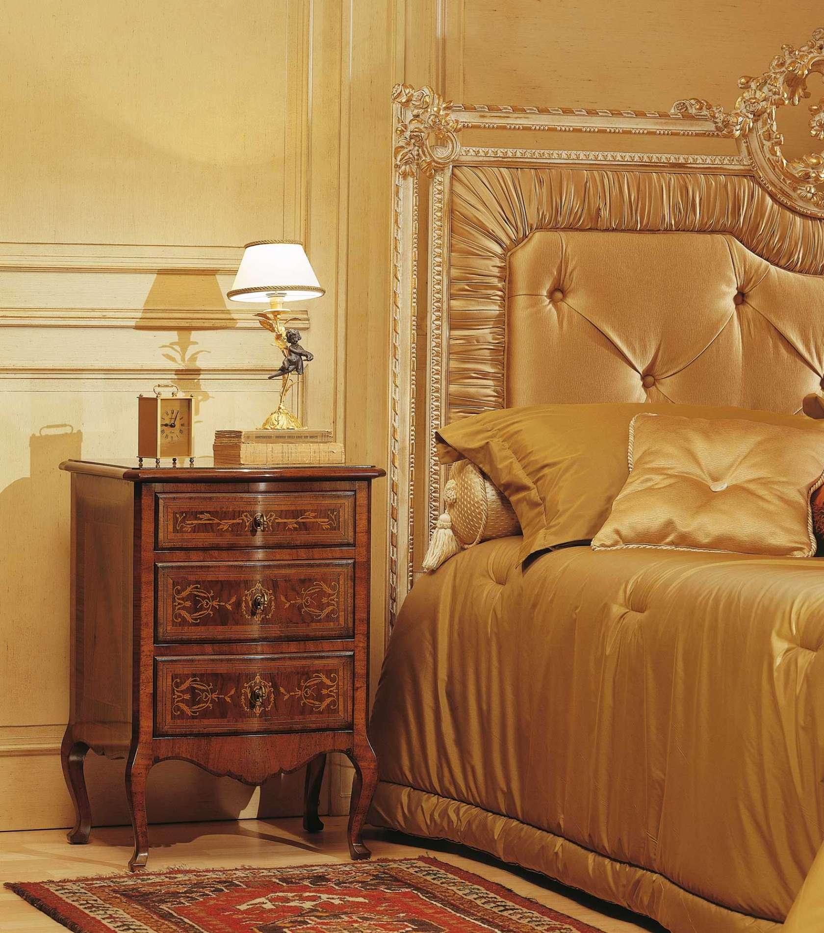 Chambre coucher classique louvre table de nuit en noyer for Chambre a coucher vintage