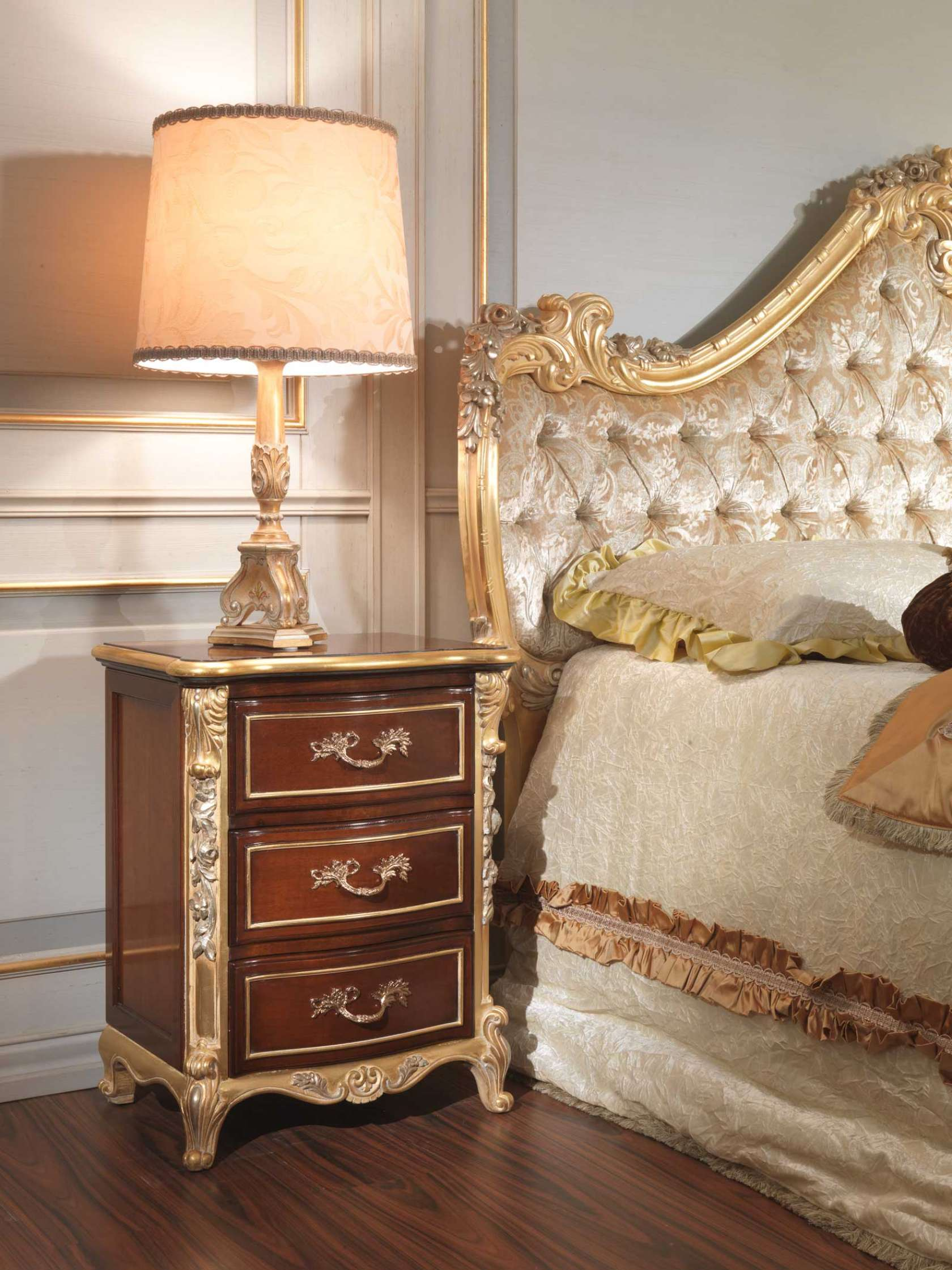 . Classic italian bedroom 18th century  night table   Vimercati