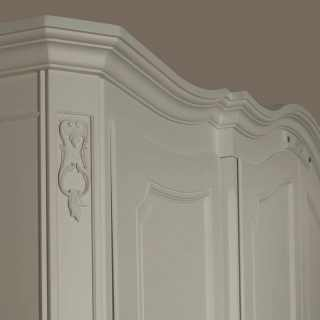 Classic wardrobe Settecento collection: detail of the flower carvings