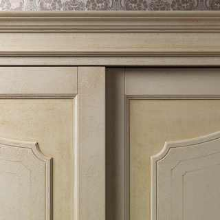 Classic wardrobe Botticelli: detail of the two sliding doors. Anticated lacquered finish