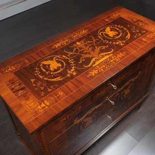 Walnut chest of drawers, I Maggiolini classic luxury collection. Detail of the handmade marquetry