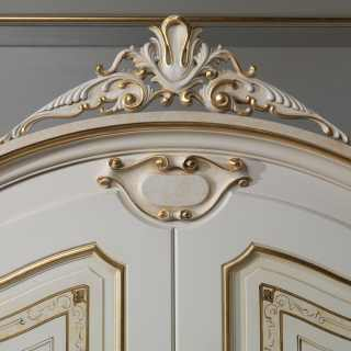 Classic luxury bedroom Rubens, 700 francese style: lacquered and gold wardrobe, top with carved cymatium