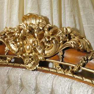 Carved headboard in walnut for the classic bed of the Louis XVI collection Noce e Intarsi