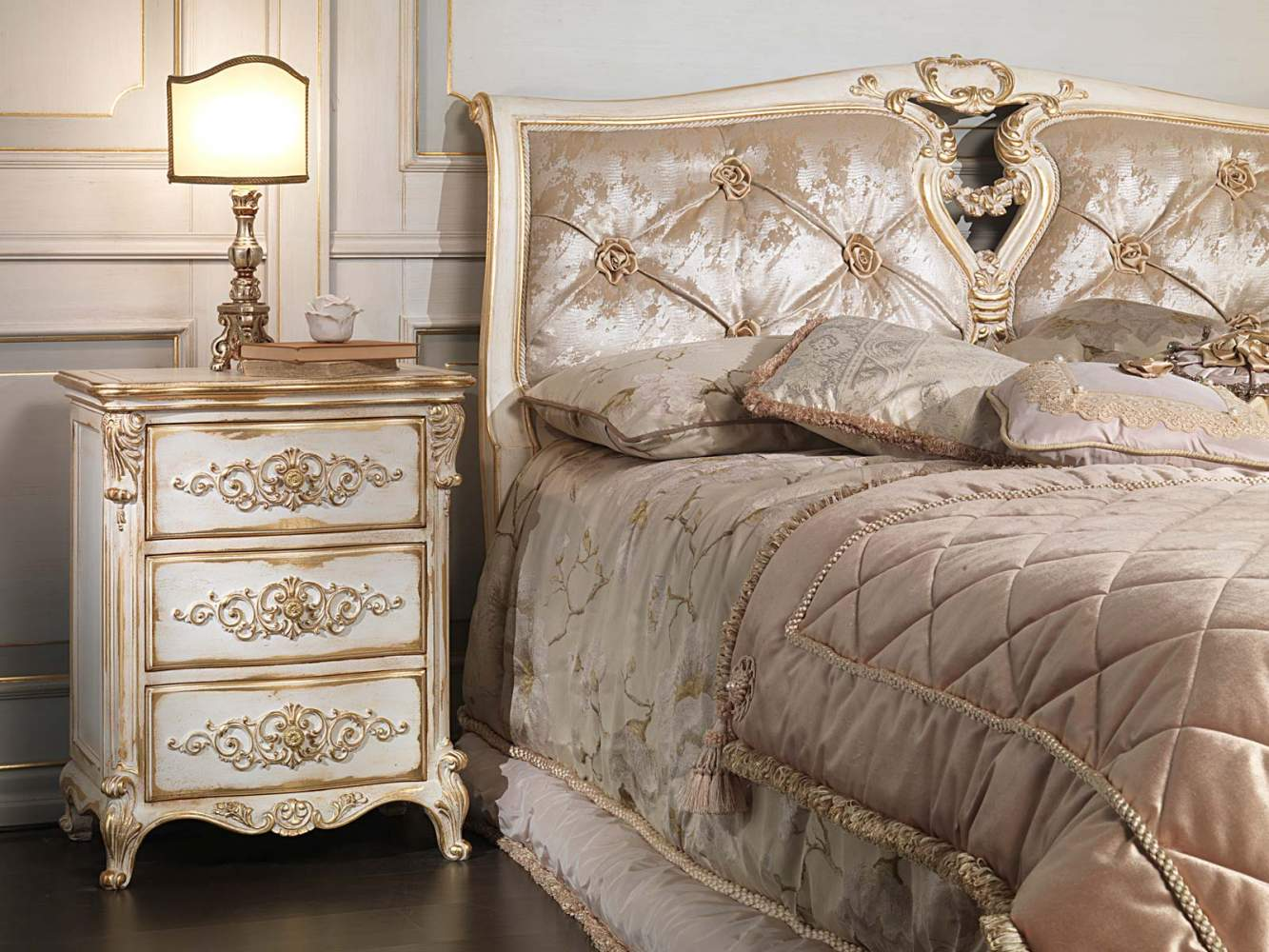 Classic louis xvi bedroom capitonn bed with roses and - Chambre a coucher romantique ...