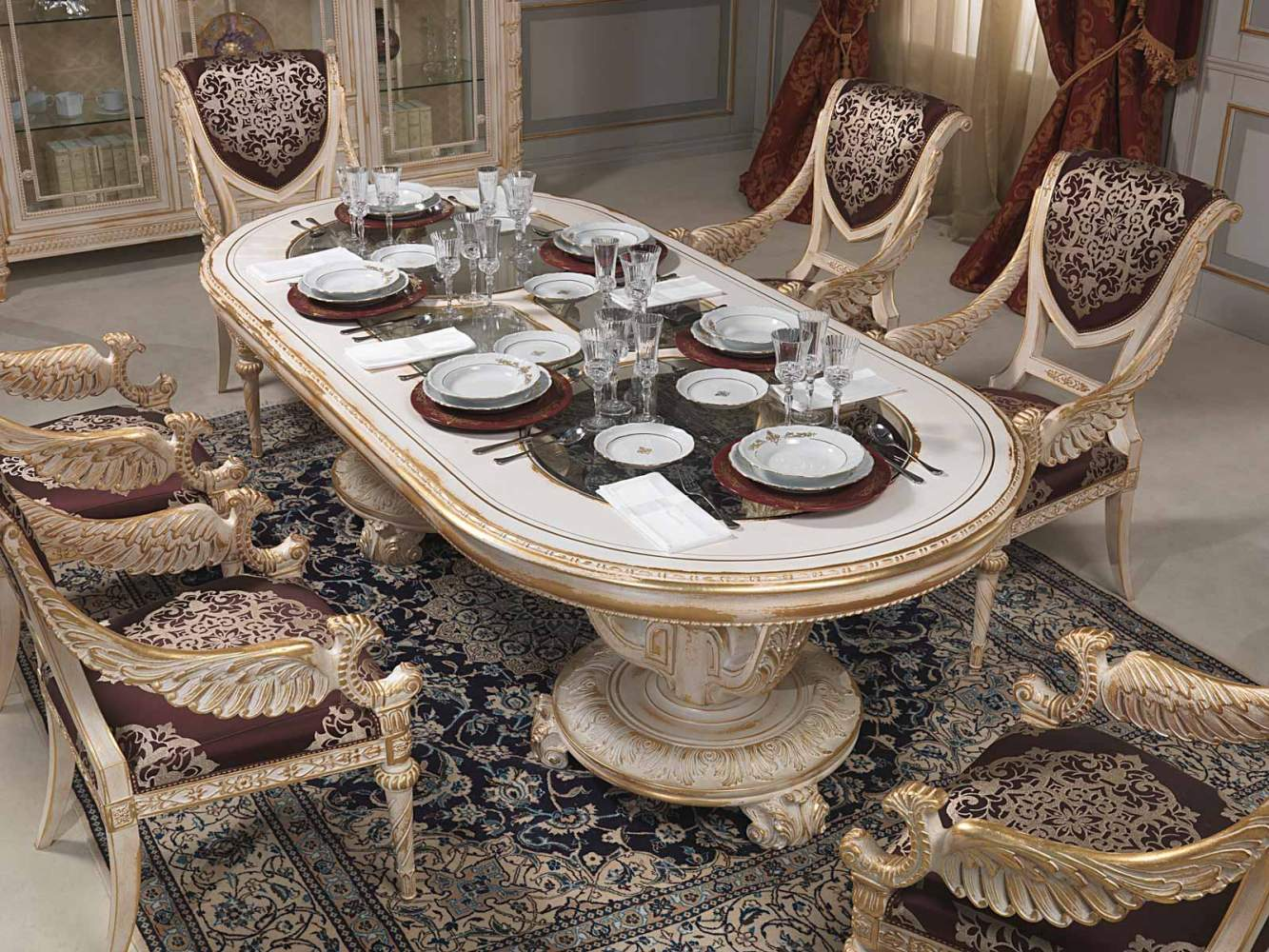 Table à manger dans le style Louis XVI