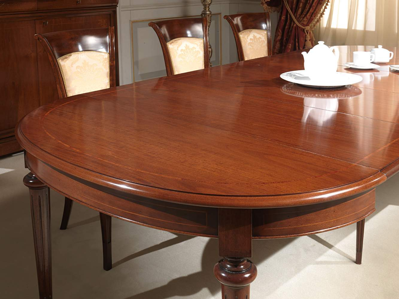 Extendable oval table in walnut