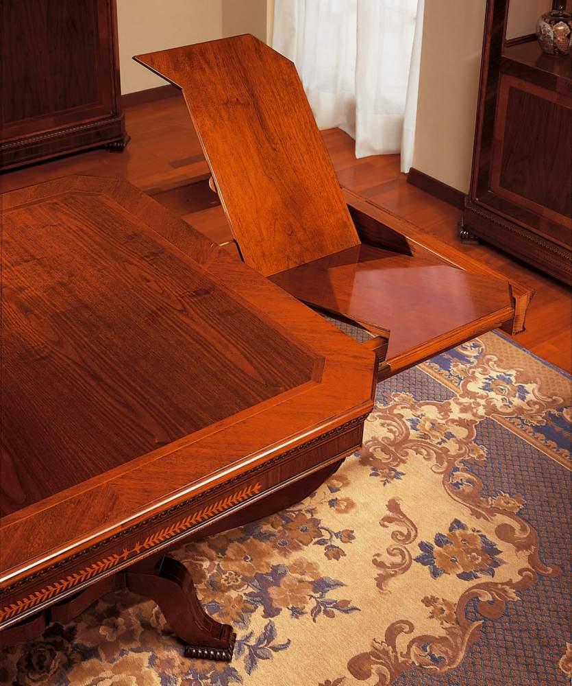 Table classique dans le style Charles X, détail