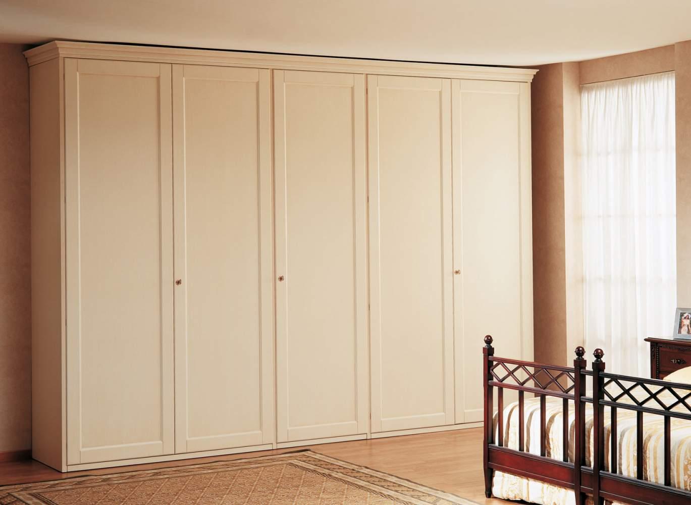 Armoire classique avec cinq portes