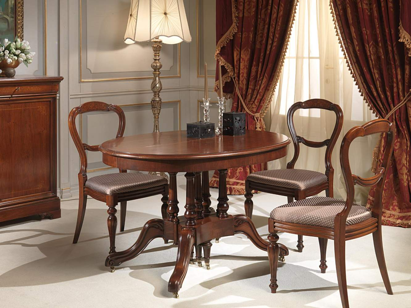 Round extendable table classic style in walnut length up to over two meters and a half